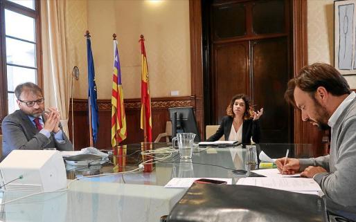 La consellera balear de Economía y Hacienda, Rosario Sánchez, se reunió ayer con la Felib y los consells para tratar el tema.