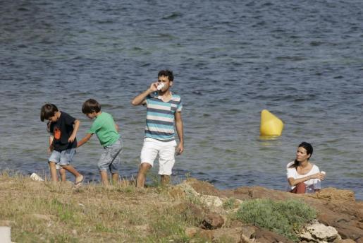 Raúl pasó una jornada junto a sus hijos, que tomaron clases de windsurf en la bahía de Fornells.