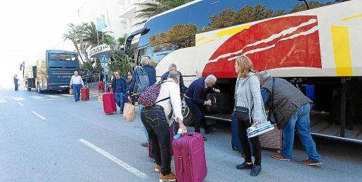 Turistas del Imserso emprendiendo el viaje de regreso al aeropuerto de Ibiza.