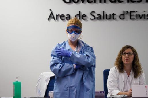 Una trabajadora del Área de Salud Pitiusa enseña cómo utilizan el material de protección.