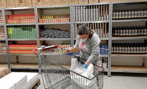 Las personas más desfavorecidas de Ibiza recurren a entidades sociales, como Cáritas, para abastecerse de alimentos básicos.