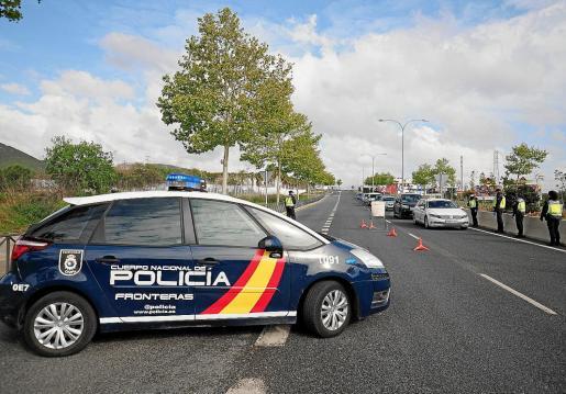 Uno de los controles de acceso a la ciudad de Ibiza, ayer por la mañana.