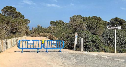 Imagen de las vallas que impiden el acceso a ses Illetes.