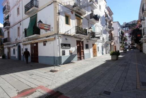Esquina entre las calles Bisbe Cardona y Bisbe Torres, una de las zonas con más negocios en La Marina.