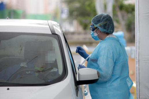 Un profesional sanitario realiza un test en el punto fijo de Can Misses.