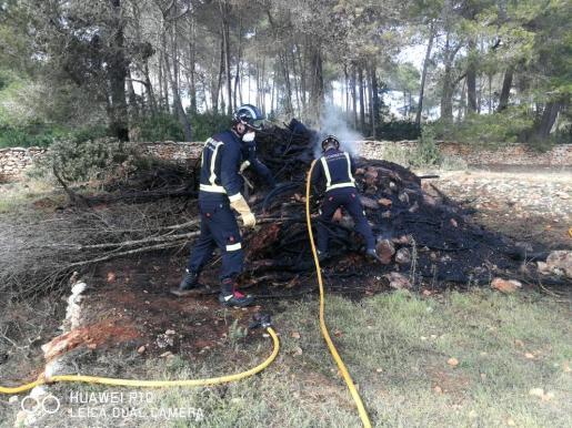 Los bomberos apagan el incendio.