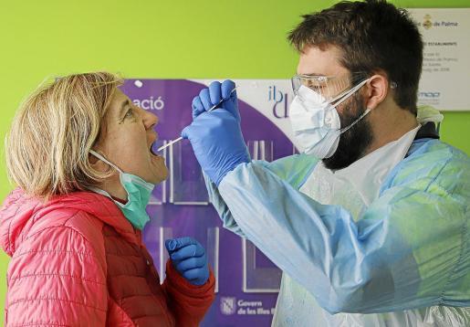 Un técnico sanitario realiza la prueba a una paciente.
