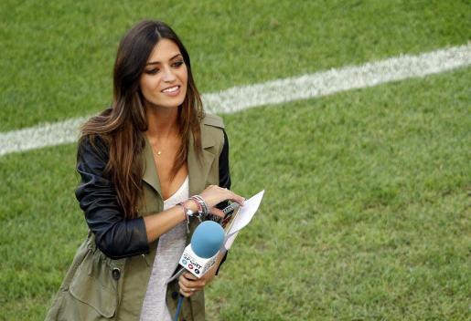 La periodista española Sara Carbonero, novia del guardamenta de la selección española de fútbol, Iker Casillas, se prepara a pie de campo antes del inicio del partido Croacia-España.