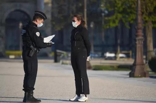 Un policía le pide la documentación a una mujer.