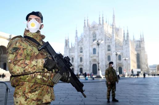 Militares italianos frente a la catedral de Milán.