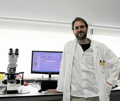 El experto en microbiologia, Javier Segura, en el laboratorio de Can Misses.