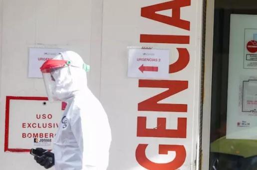 Una sanitaria participa en el traslado de enfermos leves de Covid-19 desde el Hospital de La Princesa al hospital de campaña en IFEMA. - Ricardo Rubio - Europa Press
