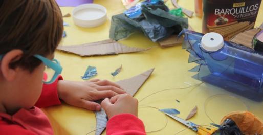 Un niño hace manualidades.
