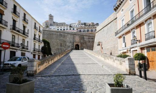 A diferencia de años anteriores, la entrada a Dalt Vila, así como la plaza de la Catedral, estaban ayer Viernes Santo completamente vacías.