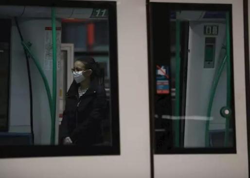 Una mujer protegida con mascarilla hace uso del metro de la estación de Nuevos Ministerios de Madrid - Marta Fernández Jara - Europa Press