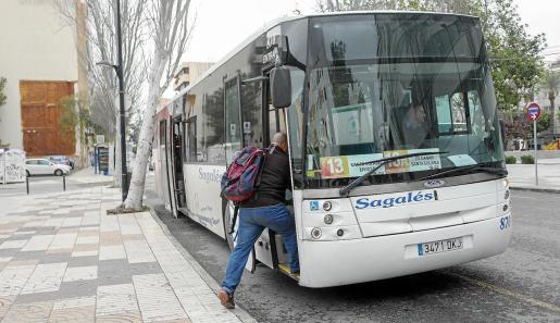 Un usuario sube a la línea 13 de autobús, que va desde Santa Eulària hasta Cetis.