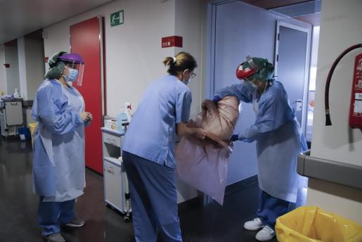 El personal de Son Espases lleva protección para evitar contagiarse de coronavirus.