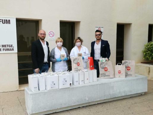 Los responsables de Pascucci Cafe en Ibiza, Alessandro y Leonardo, junto a los responsables de Gestión del Hospital Can Misses de Ibiza.