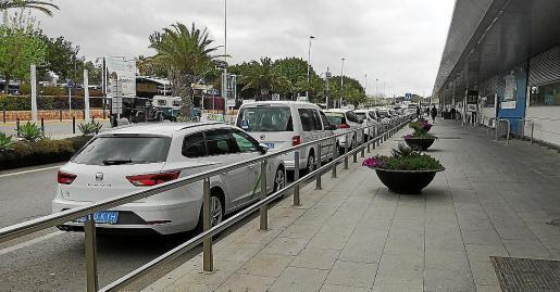 Imagen de archivo de taxis esperando en el aeropuerto.