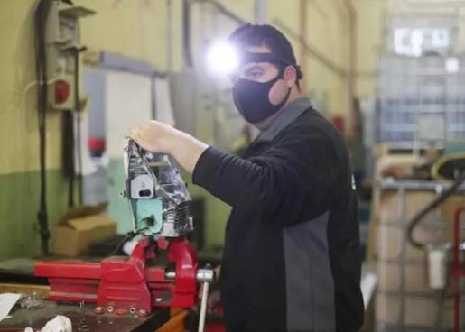 Un operario protegido con una mascarilla trabaja en la empresa EmeRent de alquiler de maquinaria de obra. - Eduardo Parra - Europa Press