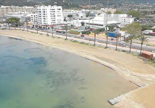 La playa de s'Arenal, en Sant Antoni, desierta por el confinamiento.