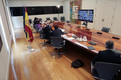 Fotografía facilitada por Moncloa que muestra al presidente del Gobierno, Pedro Sánchez junto al ministro de Sanidad, Salvador Illa durante la videoconferencia de presidentes autonómicos.