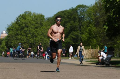 Un hombre hace deporte en un parque de Londres.