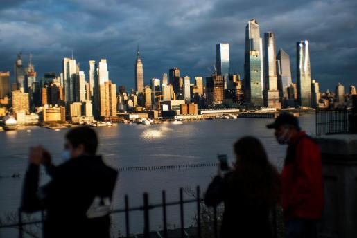 Gente mirando a la ciuda de Nueva York.