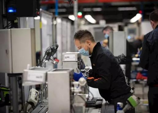 Varios operarios trabajan en la cadena de producción y montaje del proyecto de respiradores de SEAT para los contagiados por coronavirus en las instalaciones de SEAT de Martorell, en Martorell/Barcelona/Catalunya (España) a 7 de abril de 2020. - David Zorrakino - Europa Press