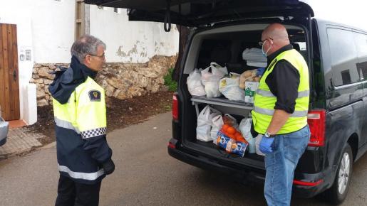 Momento de la entrega de los productos donados por Amvif a una familia de Santa Eulària.