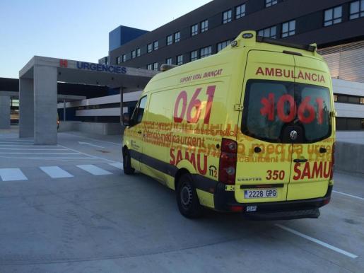 Una ambulancia entrando al servicio de urgencias de Can Misses.