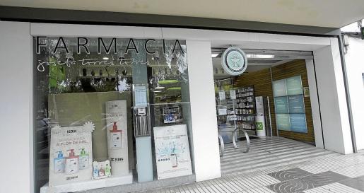 Inagen de la farmacia Josefa Torres Torres, en Ibiza, donde también se están vendiendo las mascarillas bajo reserva.