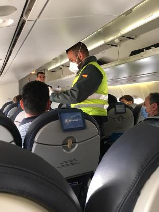 Un guardia civil durante el control del vuelo de Palma a Ibiza del lunes.