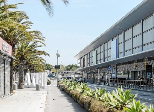 Desde hace casi un mes, el aeropuerto de Ibiza se encuentra prácticamente desierto.