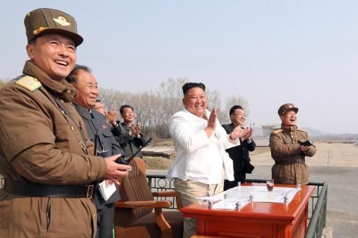 El líder de corea del norte, Kim Jong Un, durante unas maniobras militares.