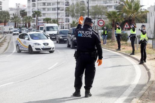 La Policía Local de Ibiza realiza un control durante estos días de estado de alarma.