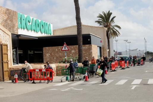 Varias personas hacen cola para entrar en el Mercadona.
