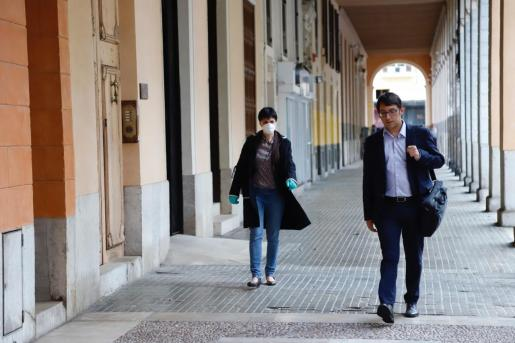 El conseller Iago Negueruela y la diputada del PSIB Silvia Cano.