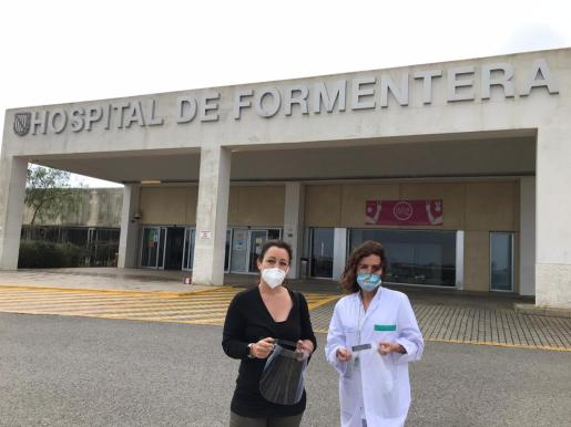 Momento de la entrega de las pantallas al hospital de Formentera.