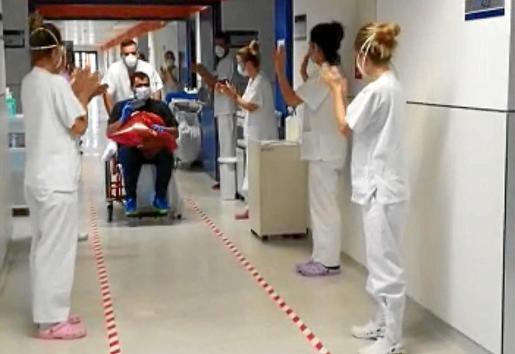 En el día de ayer, el primer paciente de Formentera recibió el alta tras 28 días ingresado en Can Misses. Se trata de un varón de 43 años que ha pasado 19 días internado en la UCI y fue despedido entre los aplausos del personal sanitario.