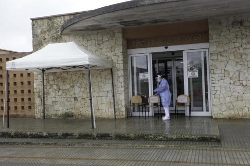 Carpa instalada en el Centro de Salud de Es Viver para que los pacientes puedan recoger recetas.