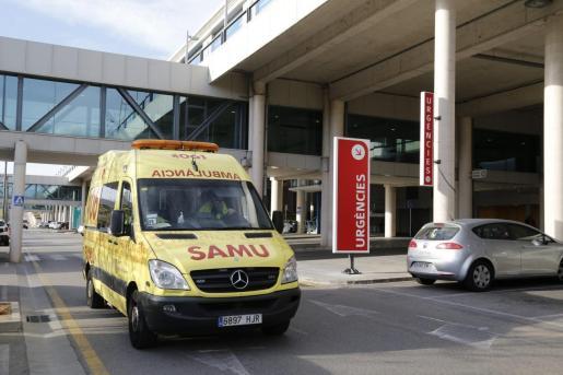 Una ambulancia en Son Espases.