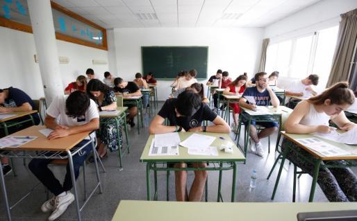 Varios estudiantes, durante un examen.
