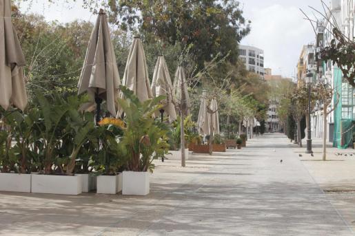 Terraza de un negocio cerrado en la plaza de Vara de Rey ante el decreto del estado de alarma.