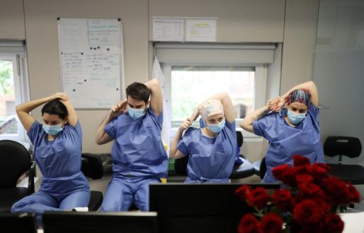 Un grupo de enfermeros realizan estiramientos en el hospital Clínico de Barcelona.