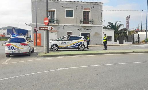 Dos agentes de la Policía Local de Ibiza durante un control desplegado en el acceso a la avenida Vuit d'Agost.