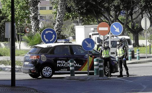 Control desplegado por la Policía Nacional en un acceso a Vila.