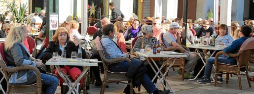 Los restauradores exigen a los ayuntamientos que deroguen temporalmente las medidas restrictivas en la regulación de las terrazas.