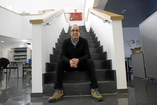 El doctor Antoni Nicolau posa en las escaleras del departamento de Salut Pública.
