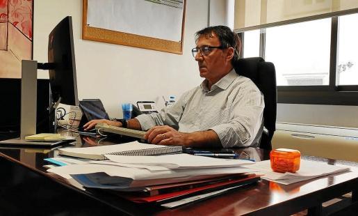 Manuel Palomino, director de Gestión y Presupuestos de IB Salut, en su despacho.
